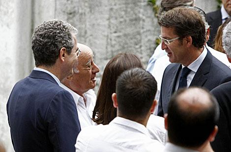 Amancio Ortega y Alberto Núñez Feijóo charlan en presencia de Pablo Isla.   Cabalar / Efe