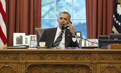 Obama, durante su conversación telefónica. | Pete Souza/Casa Blanca