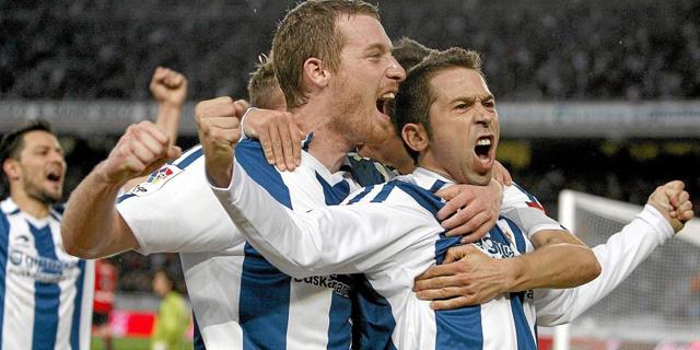 Raúl Tamudo celebra con sus compañeros su gol ante Osasuna. (Foto: Efe)