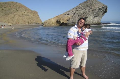 Juan y su hija Celia, en la playa