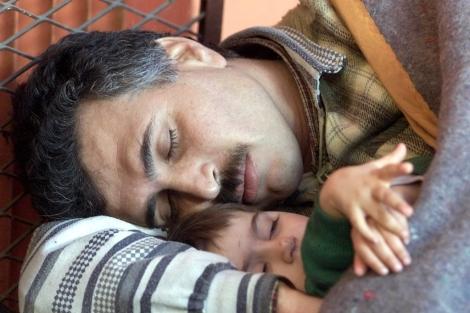 Refugiados kurdos en medio de una siesta reparadora. | El Mundo
