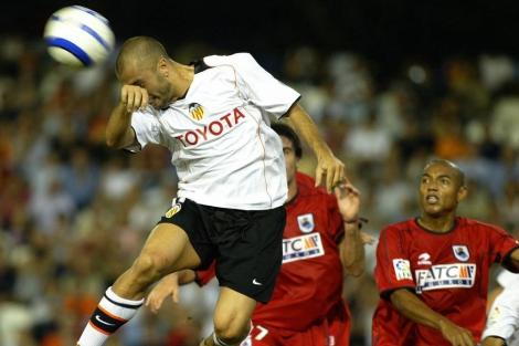 Remate de cabeza del Valencia, en Mestalla (2004). | AFP