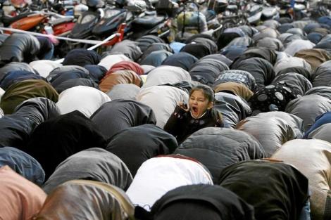 Una niña bosteza en el rezo de la fiesta Eid al-Adha o del Cordero. | Reuters