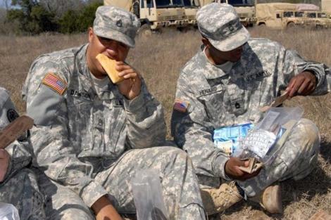 El sandwich 'inmortal' es degustado por un soldado.| US Army