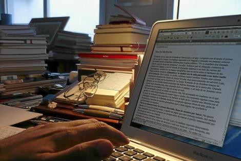 Una persona consutando el ordenador. | El Mundo