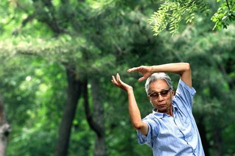 Un hombre hace ejercicios de taichi en un parque de Beijing. | Ap