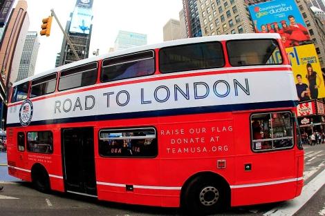 Un autobús promocional de la ciudad olímpica.  Afp
