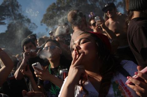 Fumando cannabis en California. | R. G