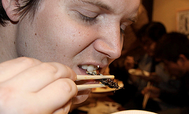 Un hombre comiendo insectos en Tokio (Japn).| Corbis