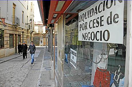 La crisis se ha llevado por delante a númerosos pequeños negocios. En la imagen, un comercio cerrado en León. | Lafototeka