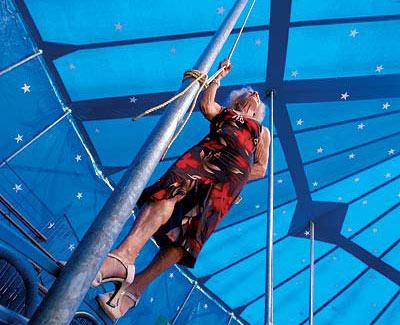 """La trapecista, durante el rodaje del documental """"La muñeca del espacio"""", en el Cirque du Paris (Bretaña francesa)."""