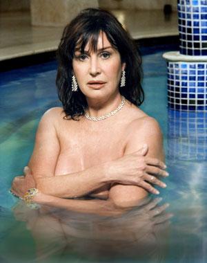 EN EL AGUA. Martínez-Bordiú, en la piscina. A punto de cumplir 59 años, se baña a diario en el mar.