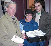 La 'Plataforma' entrega las firmas al Procurador del Común.