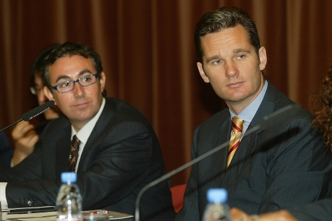 Urdangarin (dcha.) y su socio Torres, en 2004, en un acto de patrocinio deportivo en ESADE.   S. C.