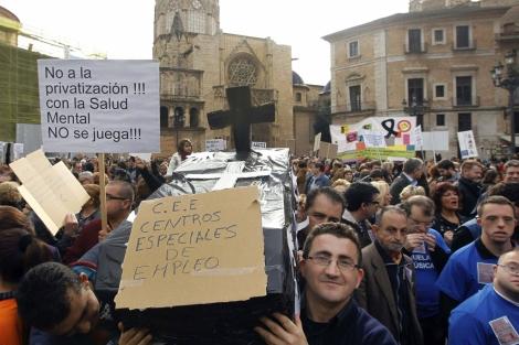 Protesta de cientos de discapacitados en el centro de Valencia. | Efe
