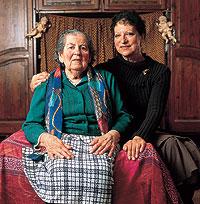 Nieta y bisnieta. Catalina Silva y Estella Insúa reclaman los terrenos de la choza. / COMBES DIDIER